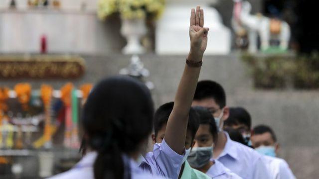 นักเรียนหญิงชู 3 นิ้ว ระหว่างเข้าแถวเคารพธงชาติที่โรงเรียน