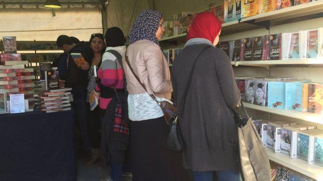 Le public vient acheter des livres