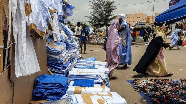 De nombreux articles bleus sont en vente sur le marché central de Nouakchott