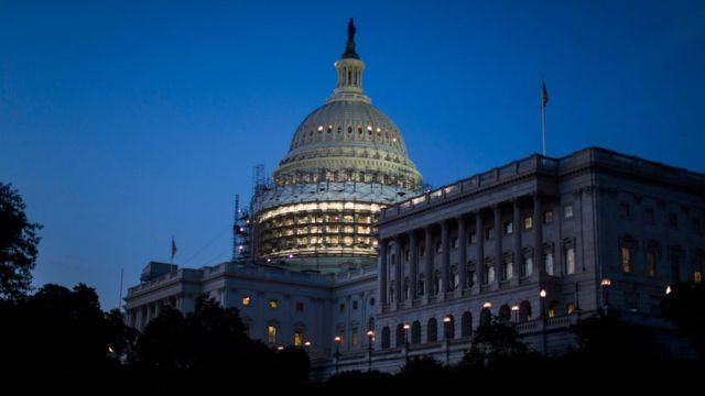 議員らの座り込みが議事堂内で続くなか、ワシントンに夜のとばりが落ちた(22日)