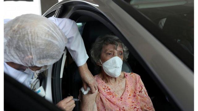 Em várias cidades, profissionais de saúde que não atuam na linha de frente contra a covid-19 foram vacinados antes de idosos