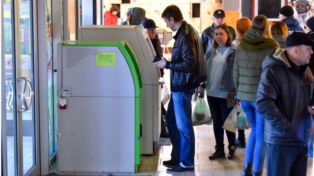 Те, як розв'яжуть конфлікт рітейлери та банки, вплине на кожного українця, який користується платіжними картками