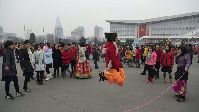 Các em gái ở Bình Nhưỡng chơi nhảy dây trong ngày đầu năm 2017.