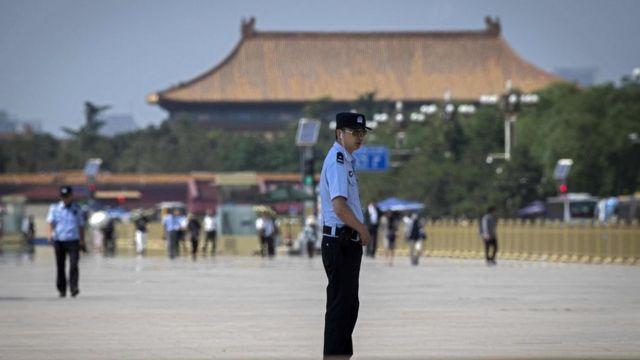 Policía chino en plaza de Tiananmen