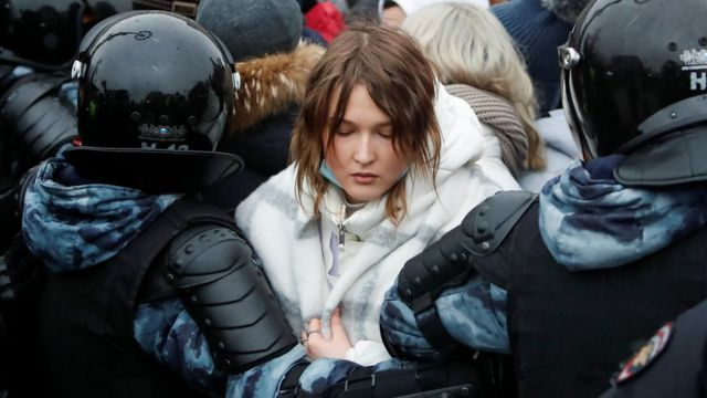 демонстрантку уводит ОМОН