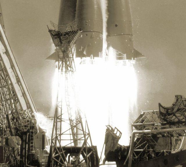 Primer plano de las llamas de escape del cohete que puso en órbita a Yuri Gagarin. Gagarin, alunizaje, peligros, primer vuelo con tripulación, espacio