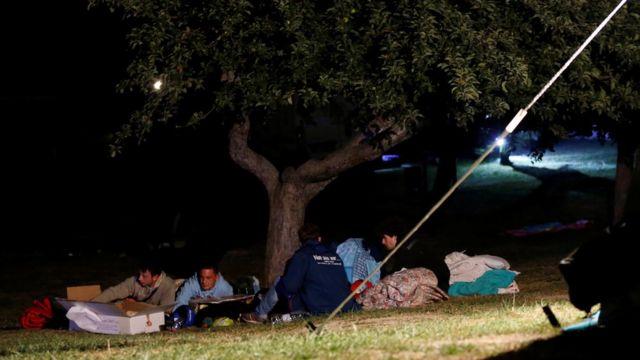 屋外で夜を過ごすアマトリーチェの人たち