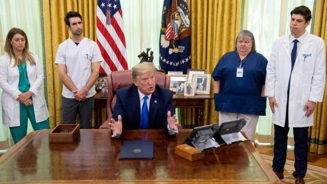 美国总统特朗普在白宫椭圆形办公室