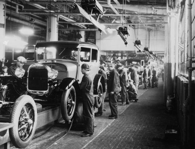 Obreros en una línea de ensamblaje de la compañía Ford en Dearborn, Michigan, en 1928