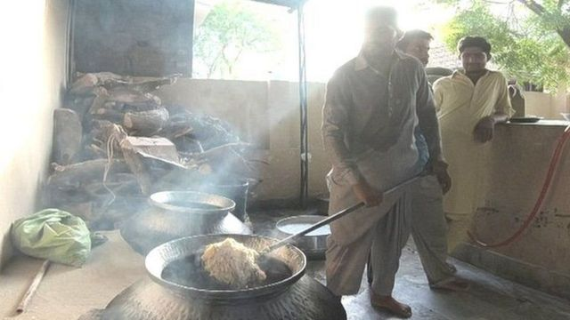 દરગાહમાં ભોજન બનાવી રહેલા માલહી યુવકો