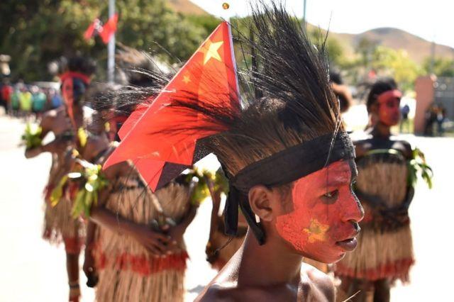 一名頭插中國國旗的巴布亞新幾內亞兒童。
