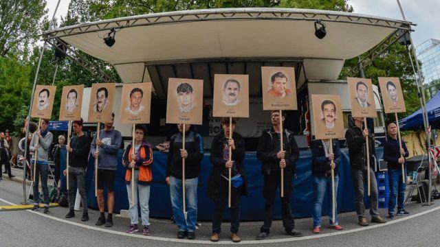 Manifestantes sostienen carteles con los retratos de las víctimas del grupo terrorista neonazi alemán Clandestinidad Nacionalsocialista (NSU).