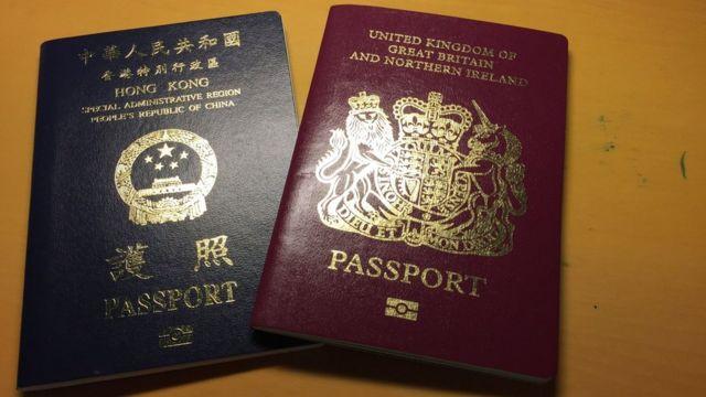 中國香港特區護照(左)與英國國民(海外)護照(右)