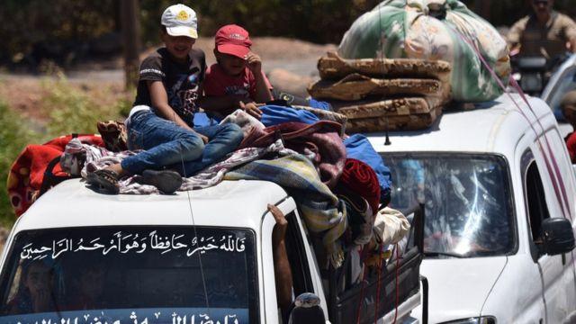 反体制派が支配していた町にある自宅に、数万人の人々が戻っている