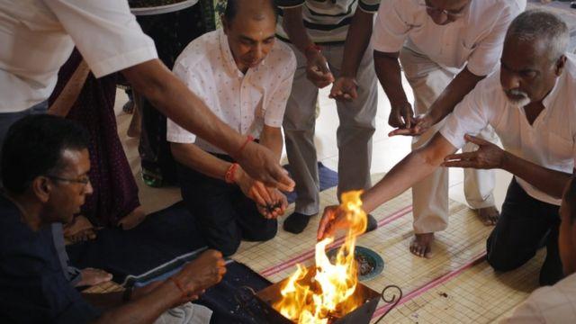दक्षिण अफ्रीका में दिवाली की पूजा करते लोग