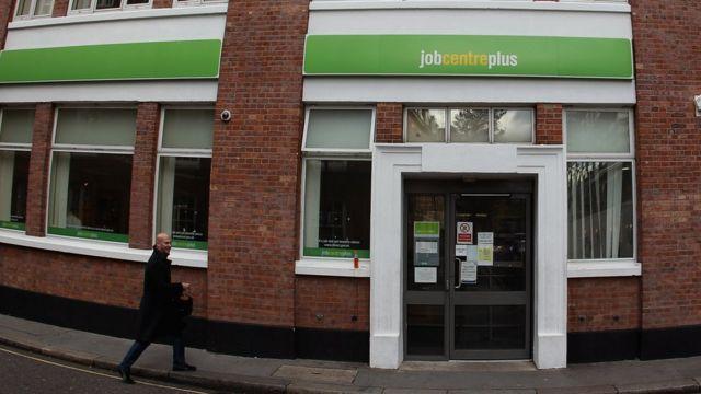 Un hombre se acerca a un centro de empleo en Reino Unido.