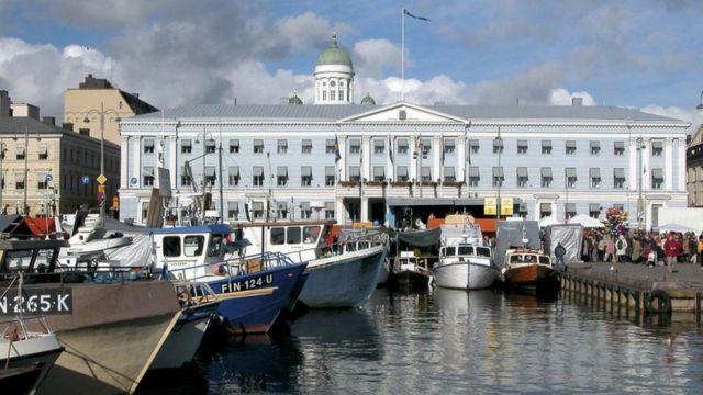 Вид на пристань и городскую администрацию Хельсинки