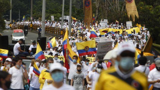 Paro nacional en Colombia: los grupos de civiles que disparan al lado de la  policía durante las protestas - BBC News Mundo