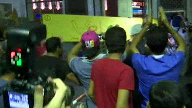 People cheering as migrants arrive in Germany