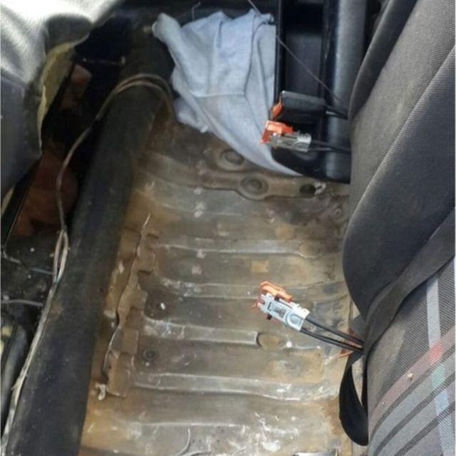 تم تخبئة المهاجر أسفل المقعد الخلفي للسيارة