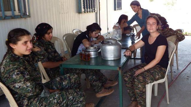 كيمبرلي تايلور مع زميلاتها من المقاتلات الكرديات.