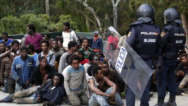 الشرطة الإسبانية تحيط بمهاجرين أفارقة في مدينة سبتة