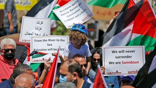 فلسطينيون يتظاهرون في مدينة رام الله بالضفة الغربية تضامنا مع غزة
