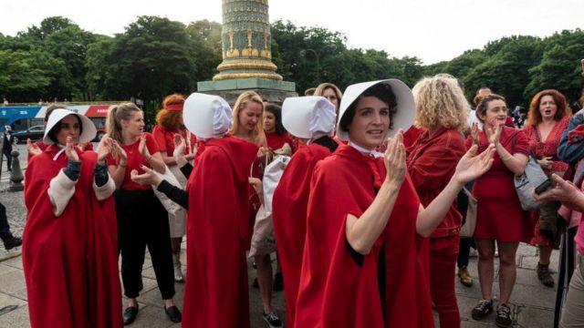 """Protesta de mujeres vestidas como los personas de """"El cuento de la criada""""."""