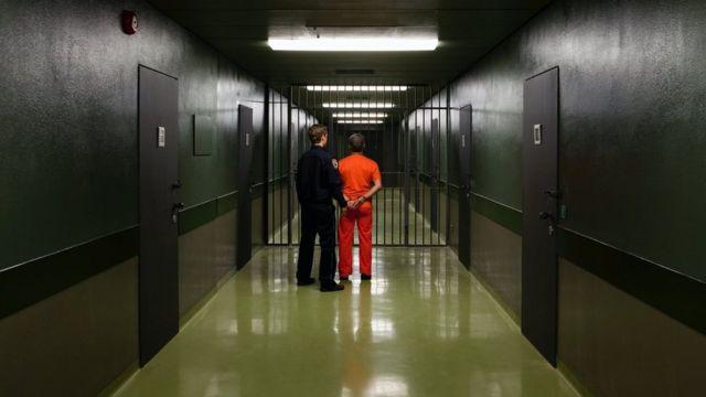 Охранник и заключенный
