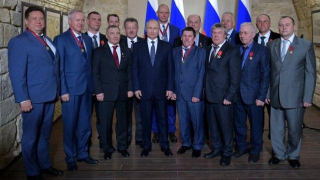 Putin y varios condecorados en Crimea
