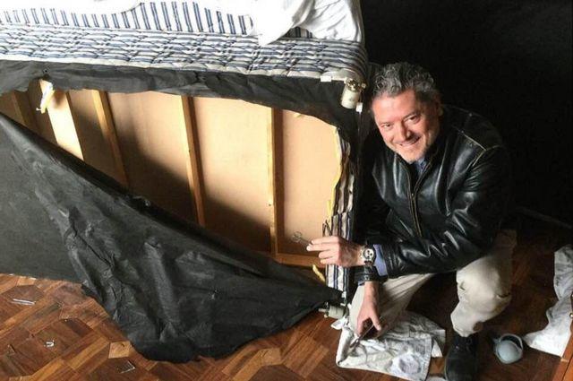 วาซิเลโอส วาซิเลโอ กับเตียงที่เขาซ่อนอยู่ภยใน ขณะที่มือปืนกลุ่มตาลีบันปฏิบัติการจากห้องที่เขาพัก