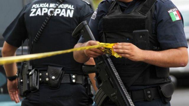 Policías de Zapopan, Jalisco, en una escena del crimen.