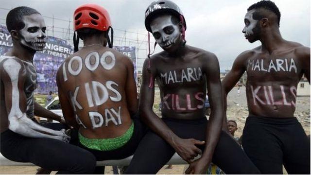 Des jeunes prenant part à une campagne de lutte contre le paludisme.
