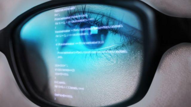 En un lente se refleja una pantalla electrónica.