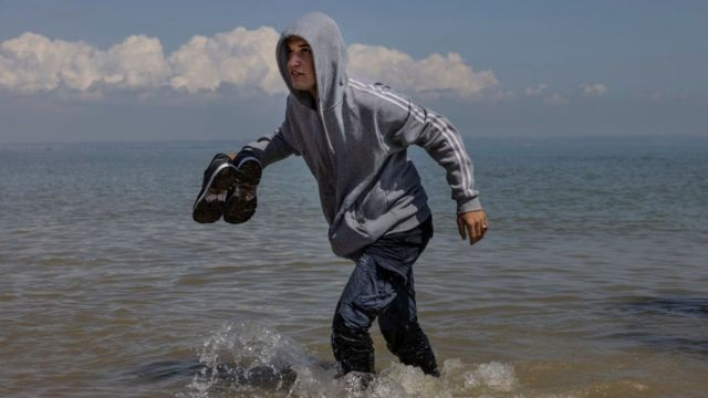 Un grupo de unos 40 migrantes llegó a través de la RNLI (Royal National Lifeboat Institution) a la playa de Dungeness el 4 de agosto de 2021.