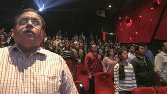 सिनेमा हाल में खड़े होना