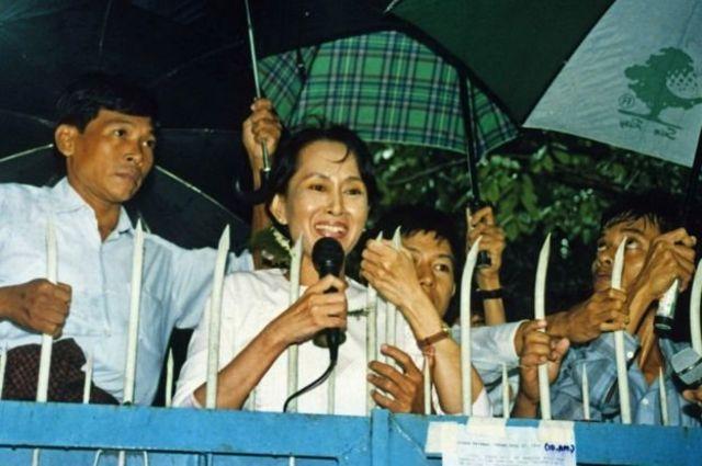 นางซู จี กล่าวต่อผู้สนับสนุน หลังจากเธอได้รับการปล่อยตัวชั่วคราวจากการควบคุมตัวในบ้านพักเมื่อปี 1995