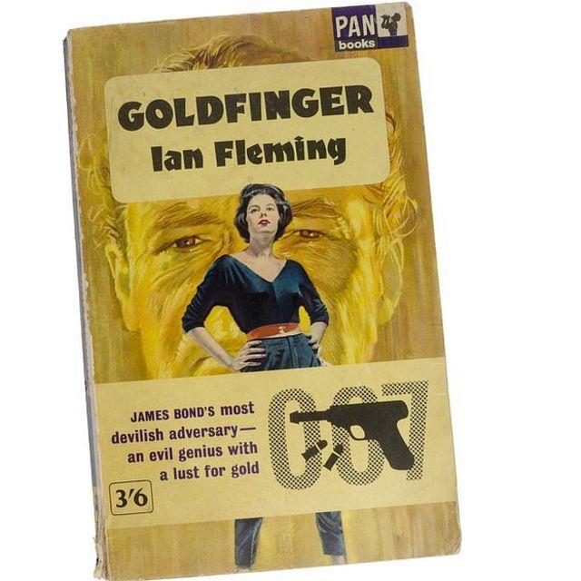 Capa em inglês do livro 007 contra Goldfinger, do escritor Ian Fleming