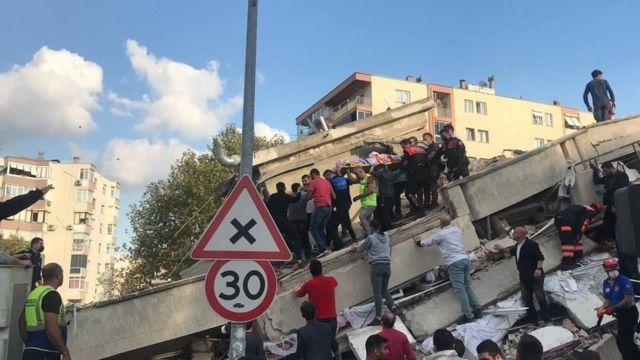 İzmir'in Bayraklı ilçesindeki yedi katlı bir binada gerçekleştirilen kurtarma çalışmalarından bir görüntü.