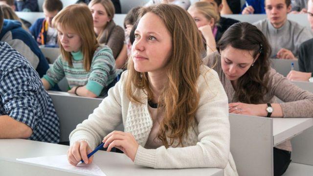 Mulher jovem estudando