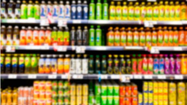 Prateleiras de supermercado com várias bebidas