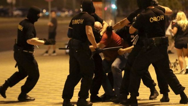Сотрудники ОМОНа избивают задержанного на акции протеста в Минске 9 августа