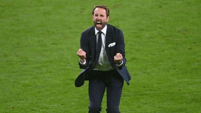 Gareth Southgate célèbre la victoire de l'Angleterre contre le Danemark en demi-finale de l'Euro 2021