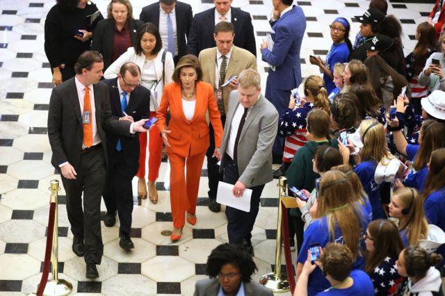 Chủ tịch Hạ viện Nancy Pelosi trong vòng vây của các nhà báo sau khi kết thúc cuộc bỏ phiếu ở Hạ viện thông qua nghị quyết, chính thức điều tra luận tội ông Trump, vào ngày 31/10 ở Washington