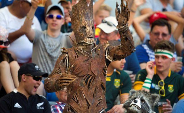 Wadannan masu son kwallon rugby din guda biyu sun yi shiga a matsayin Groot da Rocket Raccoon na cikin fim din Guardians of the Galaxy a a lokacin wasan da aka yi tsakanin Ingila da Scotland a Cape Town.