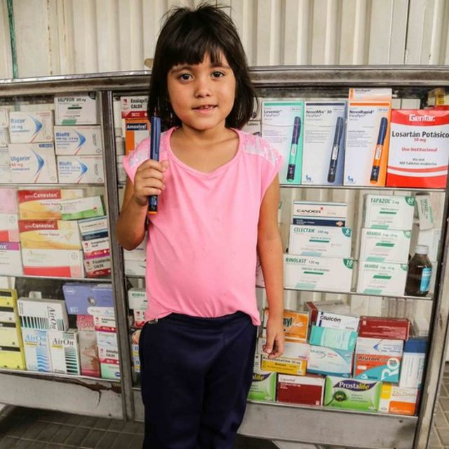 Andrea com a centa de insulina comprada na Colômbia