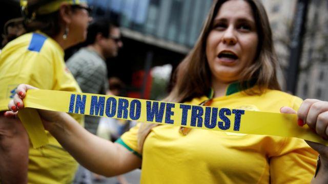 متظاهرة في البرازيل