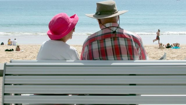 سالمندان در کنار ساحل