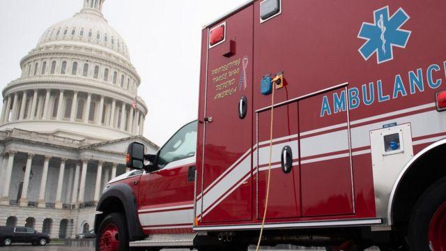Una ambulancia aparcada a las afueras del Capitolio