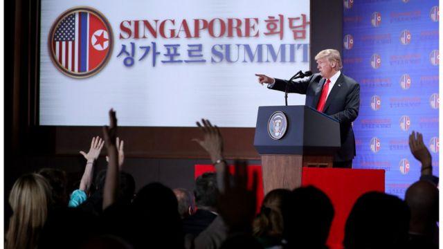 지난 6월 북미정상회담 당시 기자 질의 응답 시간을 가지고 있는 트럼프 대통령